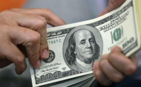 الدولار يتراجع في ظل إعلان الطواريء الإقتصادية بالبلاد