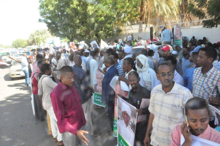 حملت لافتات (آباؤنا أحق بإطلاق السراح) أسر المعتقلين تنفذ وقفة احتجاجية أمام القصر الجمهوري