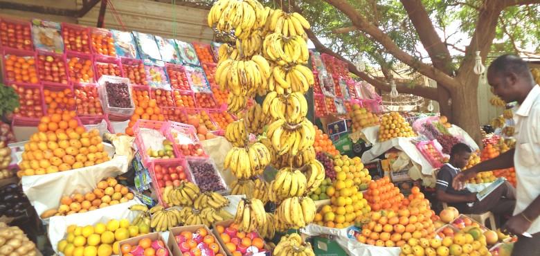 ازدحام كبير في الأسواق وأرقام قياسية لأسعار الفاكهة