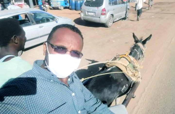 """شاهد: صورة طبيب سوداني يصل إلى عمله على ظهر عربة """"كارو"""" تشعل مواقع التواصل"""