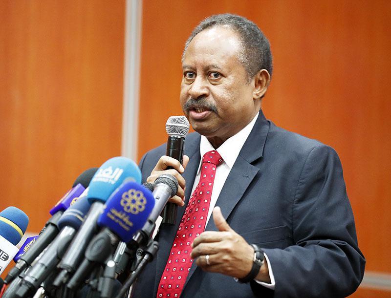 """لدى مخاطبته مؤتمر شركاء السودان رئيس الوزراء السوداني: """"نأمل في مساعدتنا في إعادة هيكلة الديون التي تبلغ 60 مليار دولار"""""""