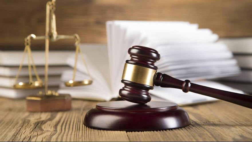 محاكمة متهم يحتال على رجل أعمال شهير ويستولى منه على مبلغ 75 ألف دولار