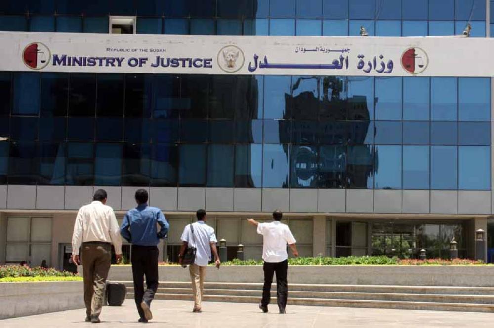 وزير العدل يُلغي سلطات الاعتقال بواسطة جهاز المخابرات تأشيرة الخروج للمسافرين