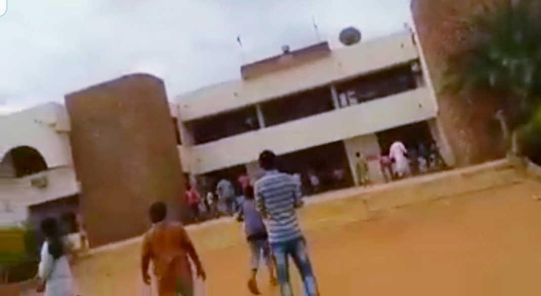 """شاهد بالفيديو: وفاة مريض بـ""""كورونا"""" تم تشخيصه """"ربو شعبي"""" تتسبب في كارثة بالمناقل"""