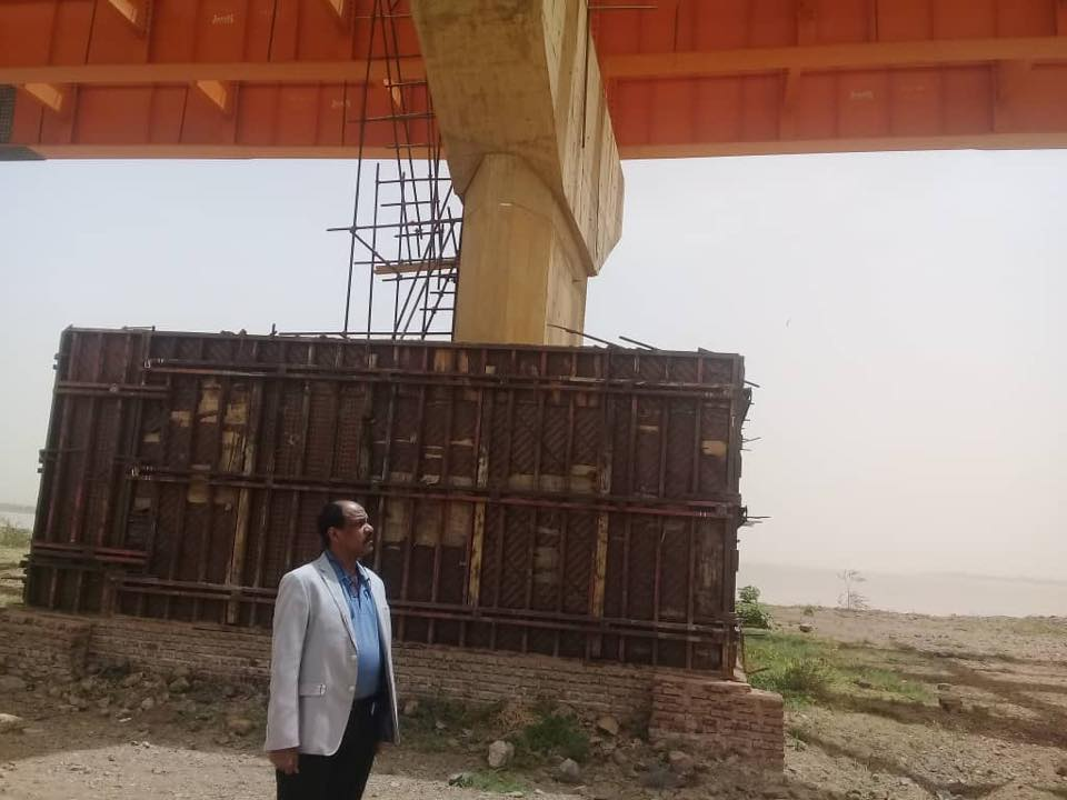 مدير عام هيئة الطرق والجسور يقف على سير  العمل بكبري الدباسين
