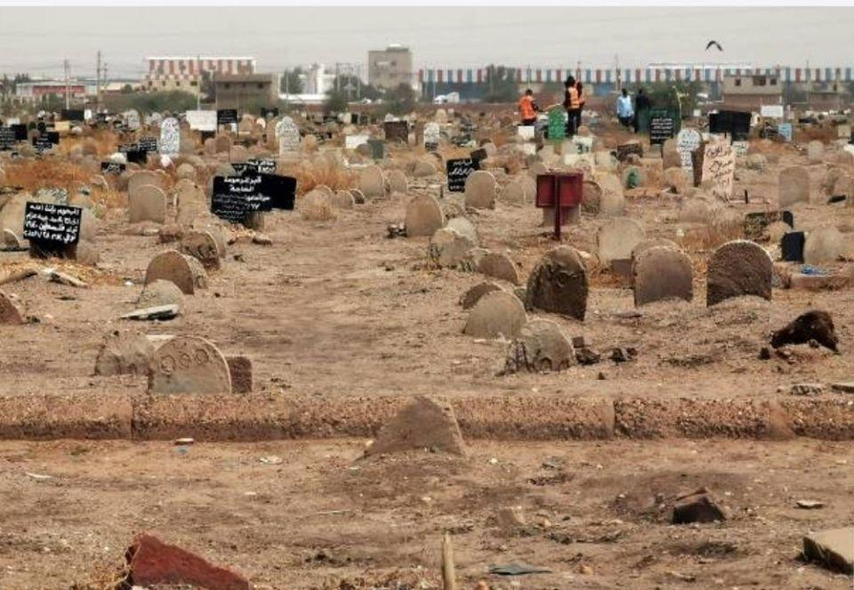 بالفيديو : شاهد ترميم القبور من آثار الفيضانات بالعاصمة