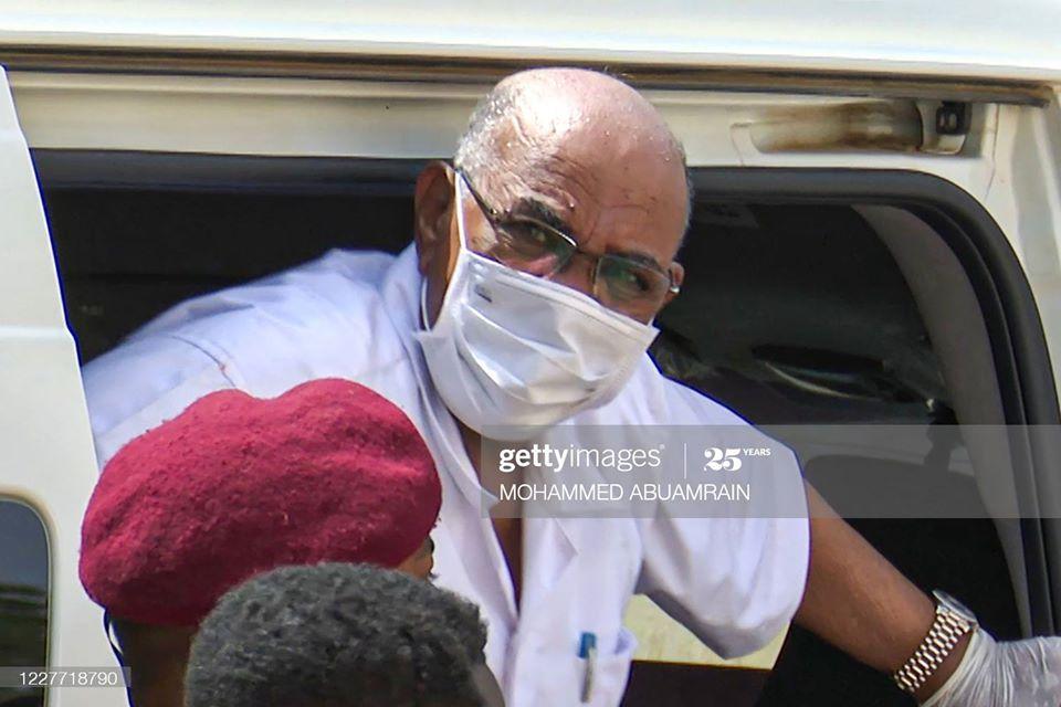 الرئيس السوداني المعزول يرتدي زي السجن لأول مرة