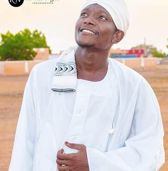 """فنان """" بنركب الكركابة"""" يعيد انتاج أحد اشهر الأغاني السودانية على ضفاف النيل"""