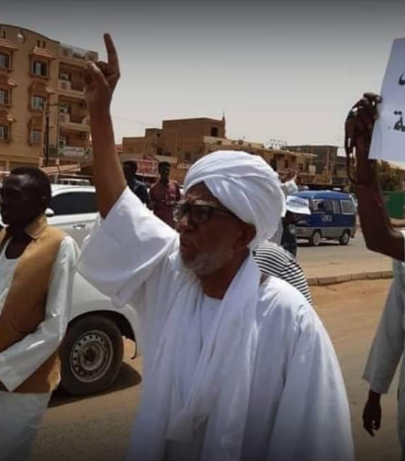 بالصورة :رئيس البرلمان السوداني السابق يخرج في مظاهرات الجمعة