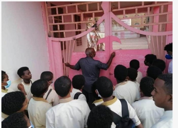 بالصورة :معلّم يقوم بمراجعة للتلاميذ على بوابة المدرسة الخارجية