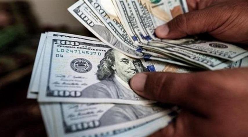 انخفاض الدولار بعد وصوله أعلى قمة له في السوق الموازي