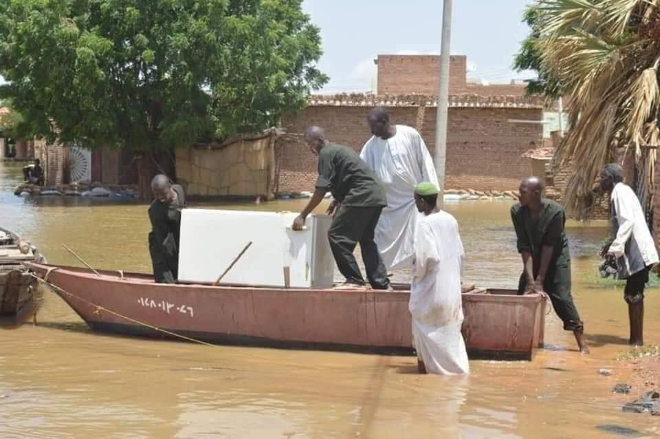 بالفيديو : شاهد قوارب وسط البيوت بعد أن غمر الفيضان كل شيء