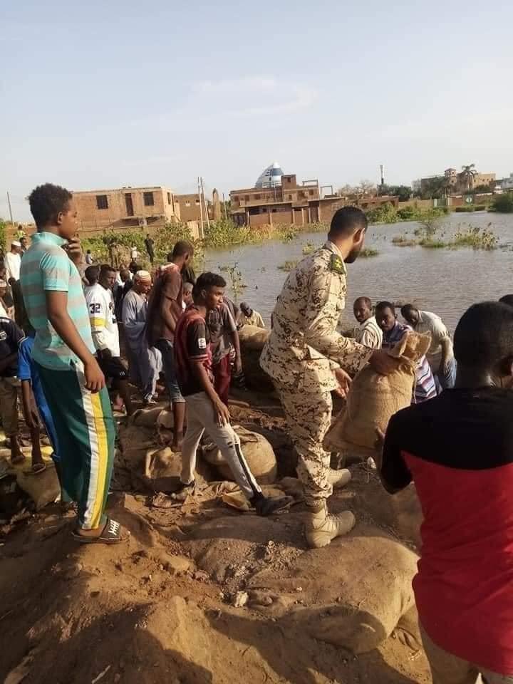 بالصور: مشاركة سلاح المهندسين في تتريس النيل للحماية من الفيضان