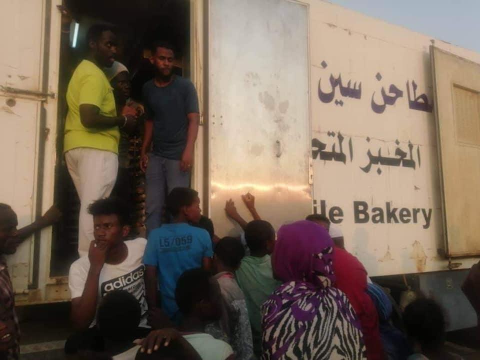 بالصور: البرهان يوجه سين للغلال بتوزيع الخبز لمتضرري السيول و الفيضانات بالخرطوم