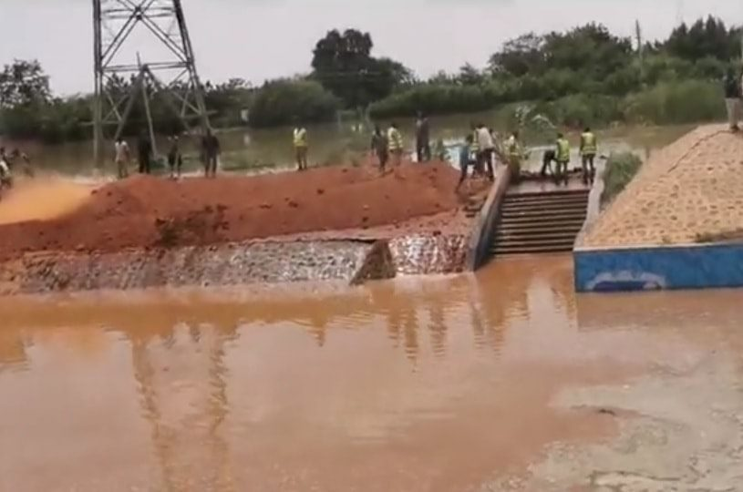 بالصور: شرطة الدفاع المدني و هيئة الصرف الصحي تتدخلان لإيقاف فيضان النيل بنفق الفتيحاب