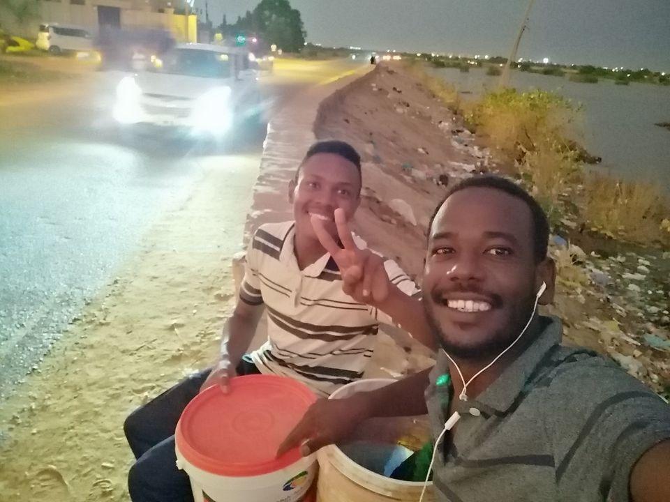 """طالب طب..ينضم للشاعر يوسف الدوش في غسيل العربات..و """"الشغل ما عيب"""""""
