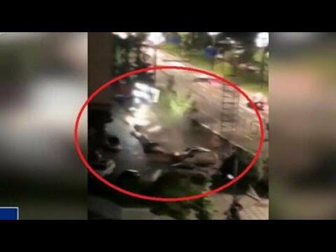 بالفيديو: حفرة عملاقة تبتلع (21) سيارة في لحظات