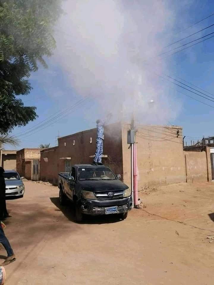 """بالصورة.. نظامي يقوم بإطفاء حريق شب بأحد الأعمدة ب""""طفاية"""" عربة بالرميلة"""