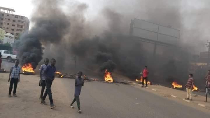 بالصور: إغلاق شارع عبيد ختم وتصاعد الاحتجاجات