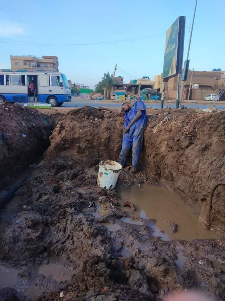 بالصورة : شاهد صورة لأحد عاملي هيئة المياه يستلقي داخل أحد الخطوط من فرط تعبه