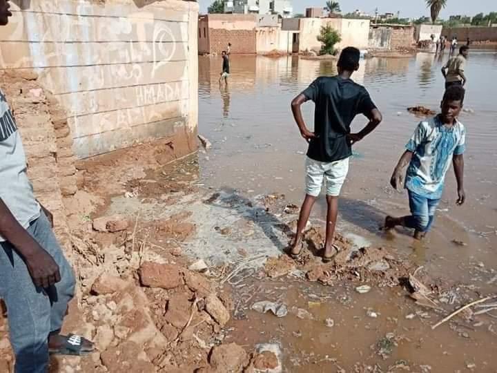 بالصور..النيل يقتحم مدينة أمدرمان صباح اليوم