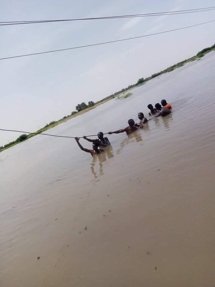 بالصور..شاهد عمال شركة الكهرباء يؤدون أعمالهم بالرغم من ظروف السيول والفيضانات