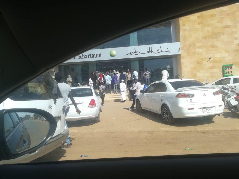 """مأساة بنك الخرطوم..عملاء يشتكون من تعرضهم """"للإهانة"""" مقابل الخدمة المقدمة لهم"""