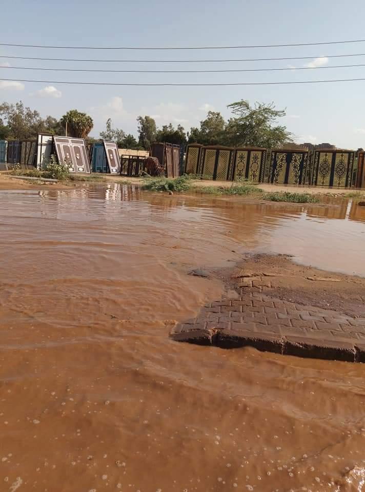 النيل يقطع طريق رئيسي بالخرطوم