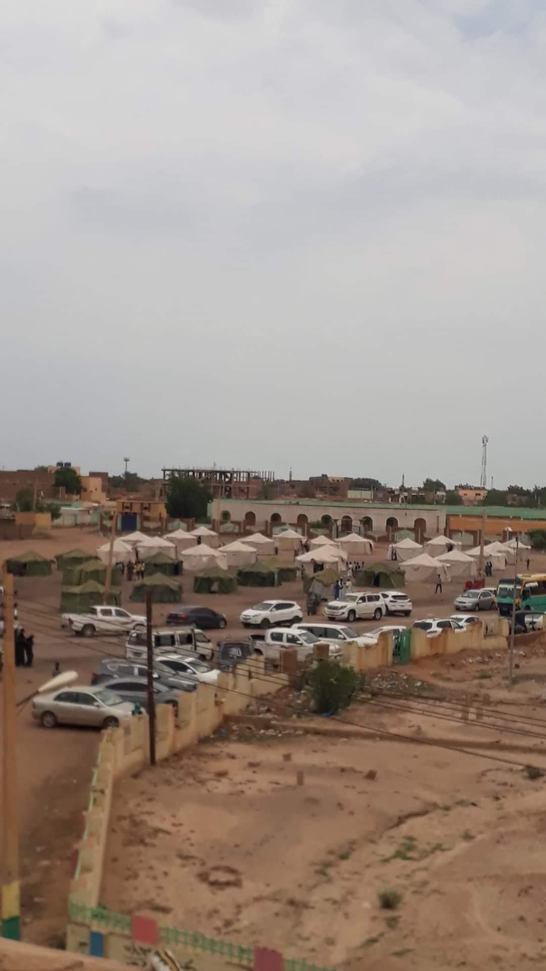 بالصورة…إجلاء سكان ونصب خيام للأسر المتضررة بالكلاكلة القبة