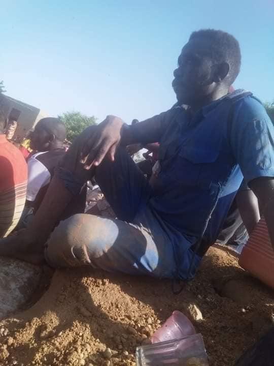 """بالصورة: أحد النظاميين بقوات الشرطة يقوم بـ """"تتريس"""" النيل مع أهله"""