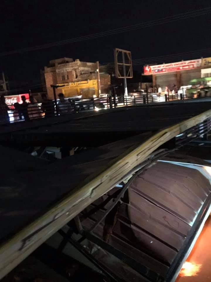 انهيار لافتات إعلانية على سيارات مارة و ركشات بتقاطع شارع واحد نتيجة العواصف و الأمطار