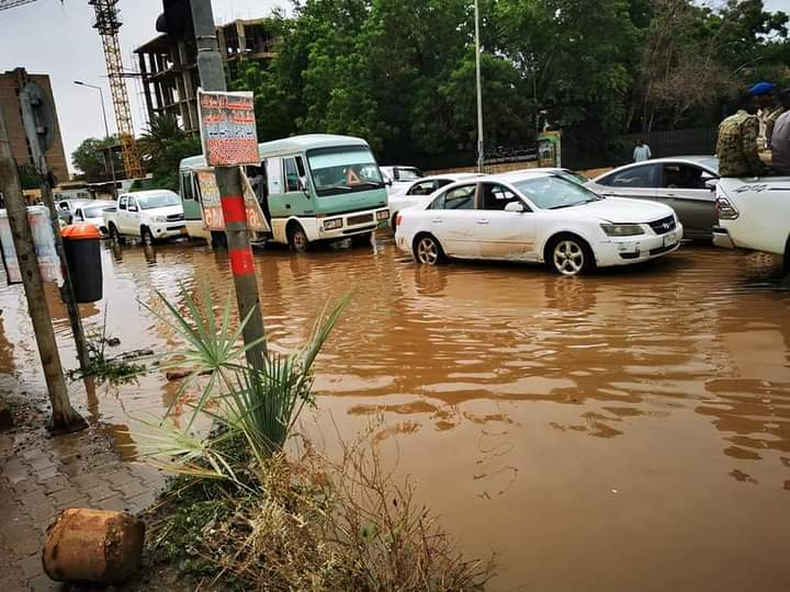 بالصور.. ازدحام مروري حاد بوسط الخرطوم بسبب الأمطار