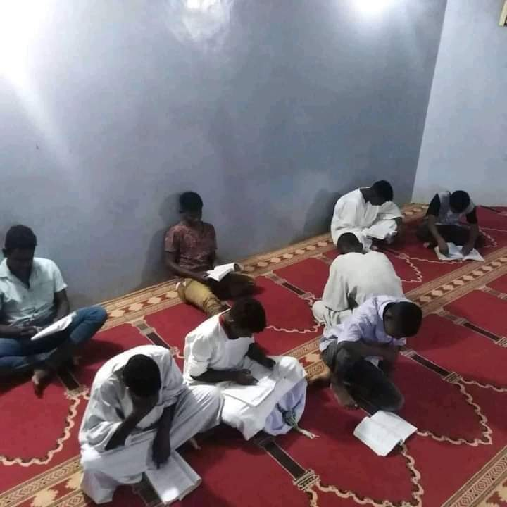 بالصور.. مشاهد مؤلمة لطلاب الشهادة السودانية يذاكرون من داخل المساجد