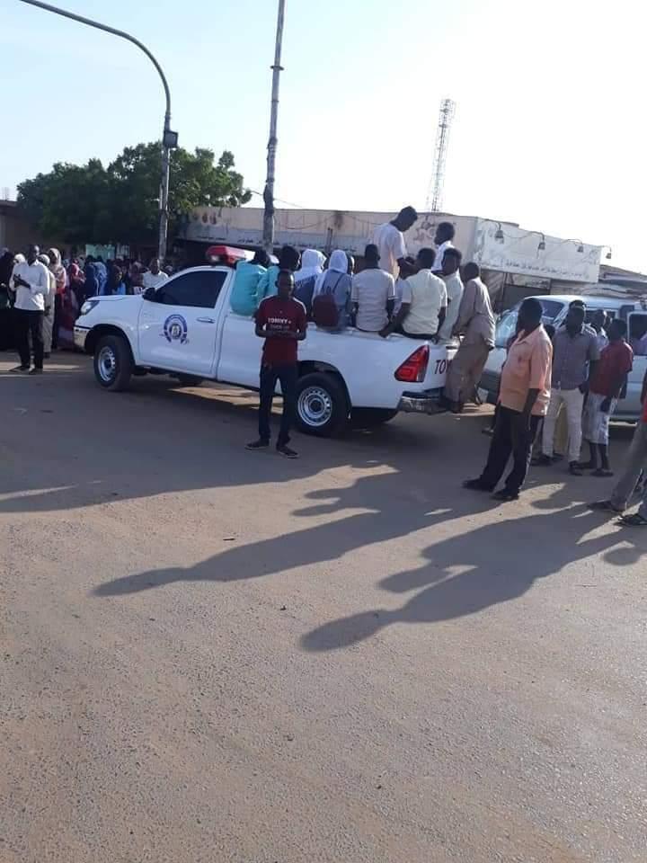 بالصور.. شرطة المرور تشارك في عمليات ترحيل طلاب الشهادة الثانوية صباح اليوم