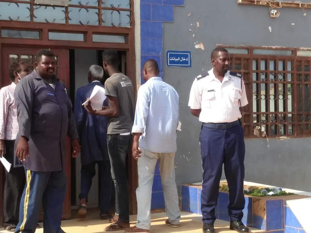 مدير ترخيص شرق النيل يحوز على إعجاب رواد مواقع التواصل و هو يشارك مرؤوسيه العمل في الميدان