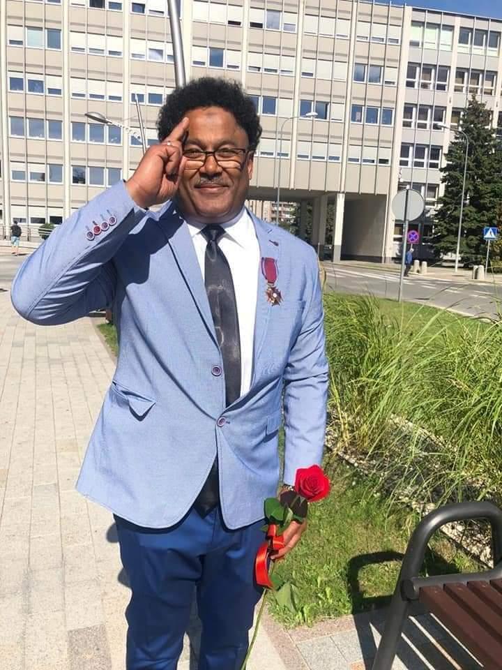 بالصور : تكريم طبيب سوداني بالميدالية الذهبية كأحد أفضل أطباء خط النار لمواجهة فايروس كورونا بدولة بولندا