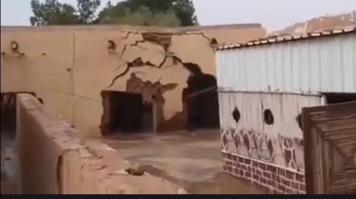 سوداني يتطوع بإيواء أسرة فقيرة من متضرري السيول ويناشد رواد التواصل بمساعدته
