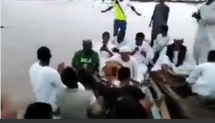 بالفيديو.. يقاومون الأزمة بالفرح.. سودانيون وسط مياه الفيضان يترنمون بالعود رغم قسوة الظروف