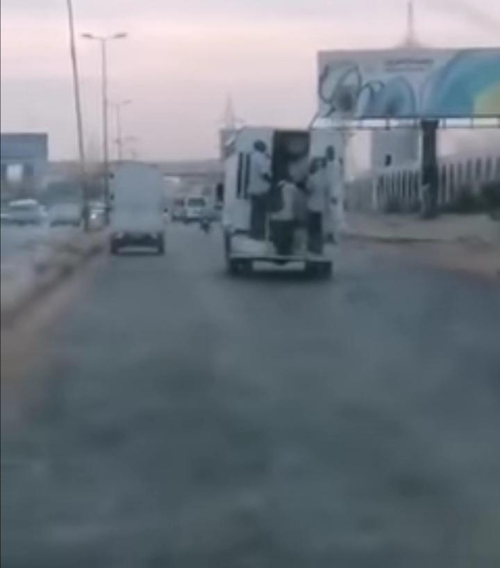 """بالفيديو : فيديو طريف لمواطنون يشاركون المساجين سياراتهم للوصول إلى مناطقهم ومتابعون يعلّقون """" دي من عجائب البلد"""""""