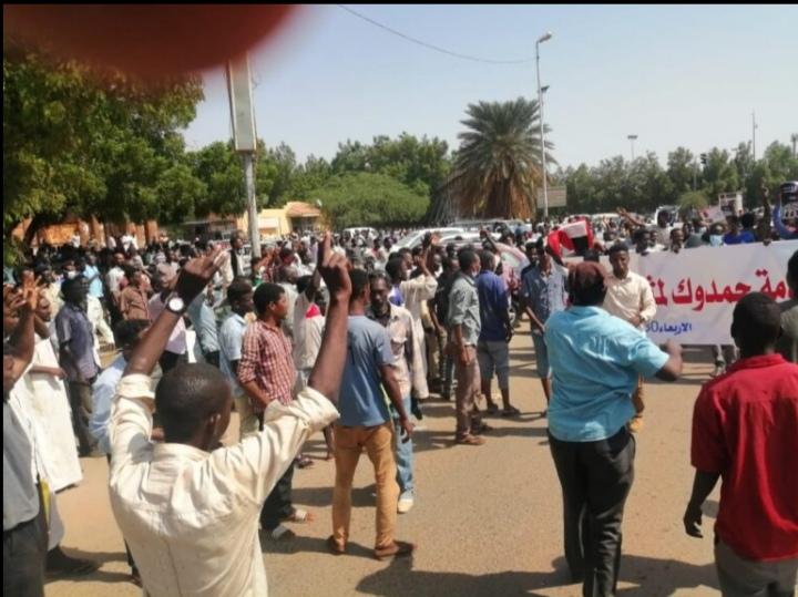 الشرطة تُطلق الغاز المسيل للدموع على مسيرة تطالب بإقالة مدني