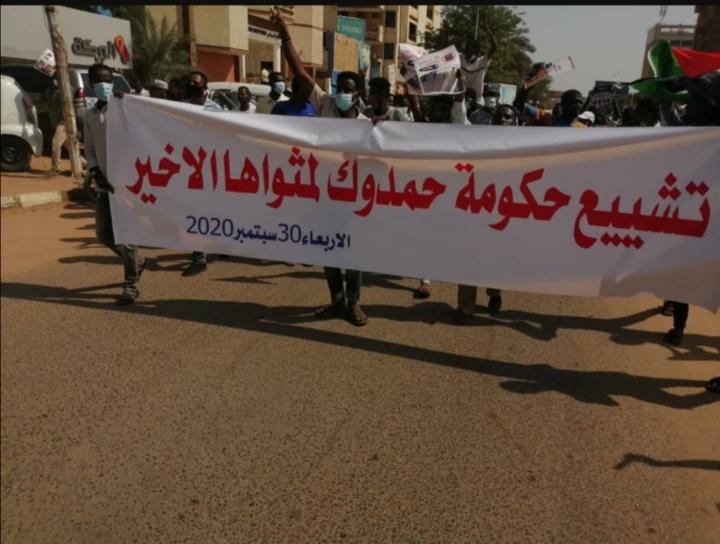 إغلاق طُرق رئيسة بالخرطوم ومظاهرات ل(تشييع حكومة حمدوك لمثواها الأخير)