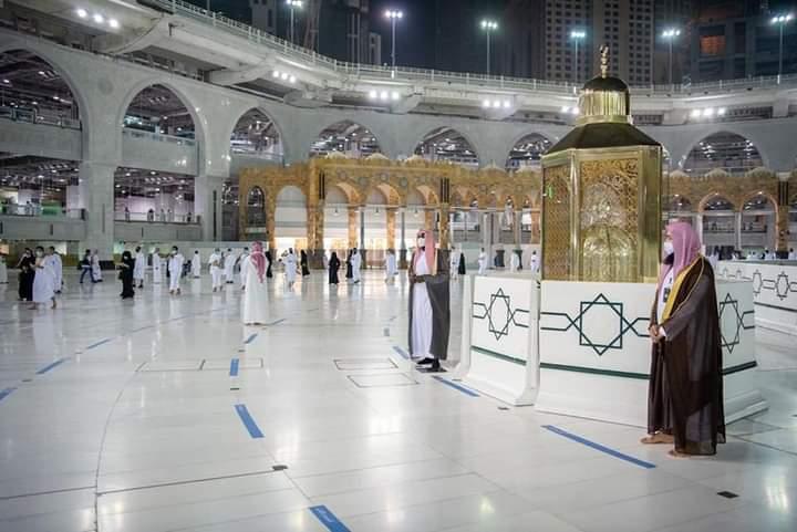 بالصور : المسجد النبوي يبدأ في استقبال المعتمرين والزوّار بعد توقّف لـ 7 أشهر