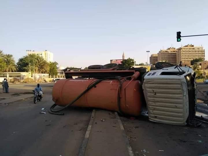 انقلاب عربة تانكر على مدخل كبري المك نمر وإغلاق الكبري من الناحيتين