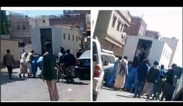 """بالصورة : في مشهد أثار السخرية مساجين يقومون بـ""""دفر"""" السيّارة التي تنقلهم بعد تعطّلها ويعودون للركوب"""