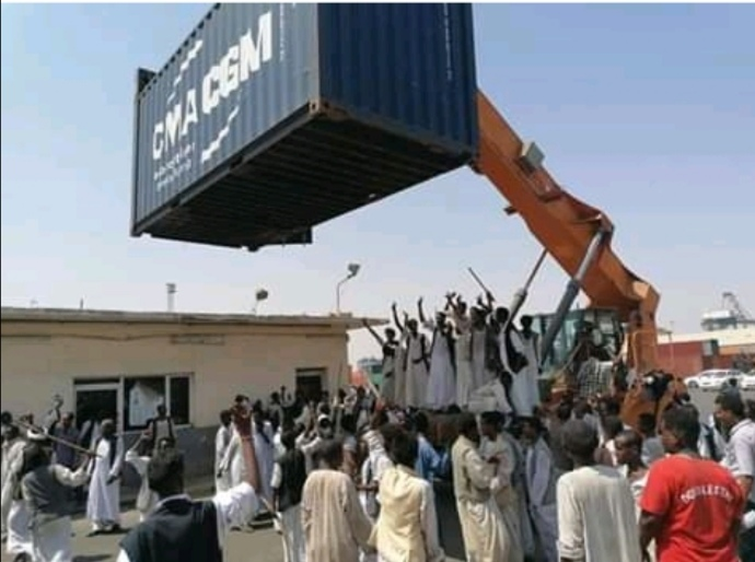 انفجار الأوضاع ببورتسودان والمحتجون يتصدون لقوات الشرطة ويغلقون ميناء سواكن