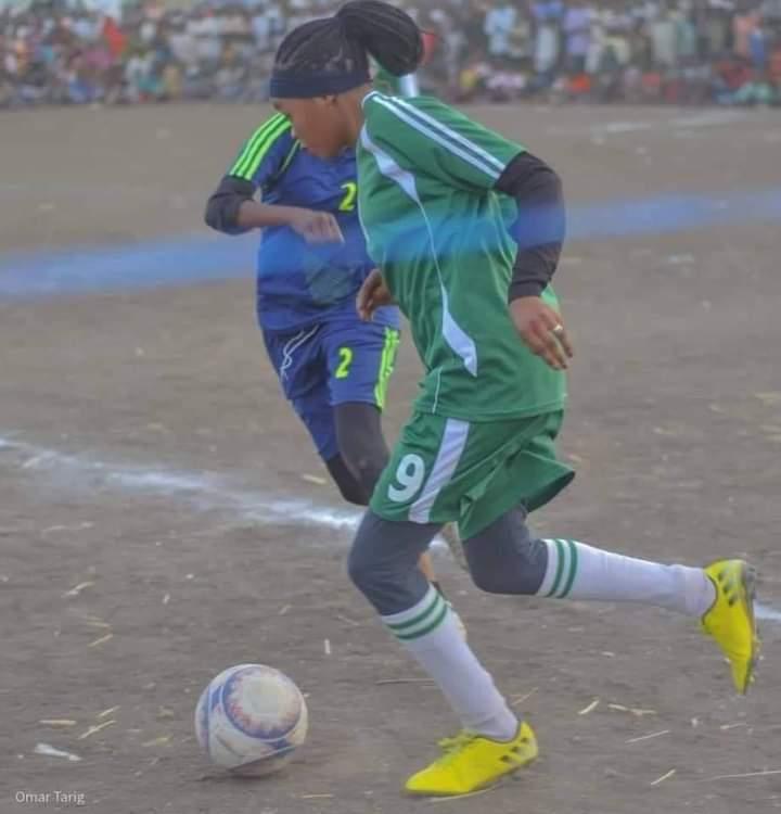 بالصورة : أول مباراة لكرة القدم النسائية بميدان عام تثير سخط وغضب شعبي كبير