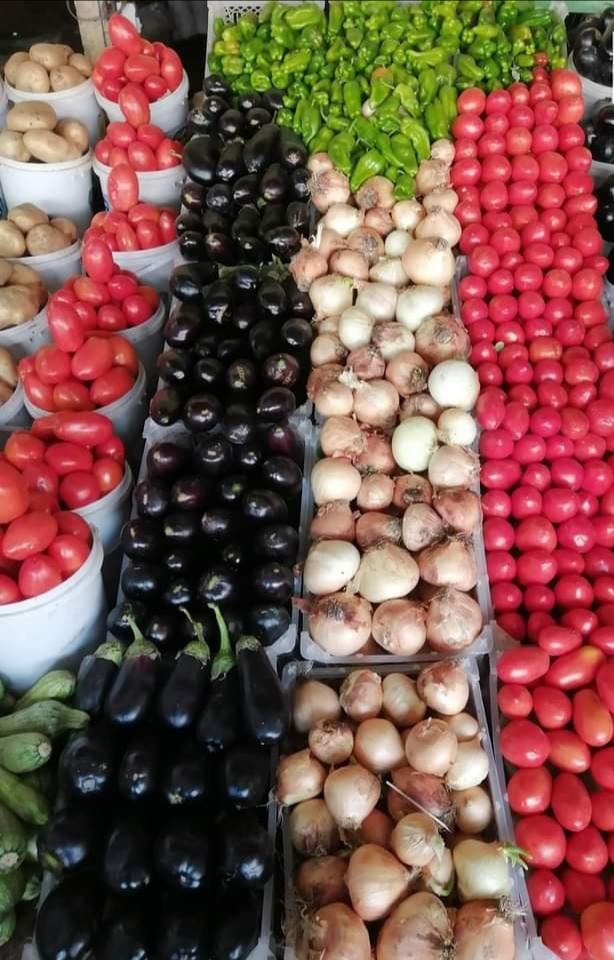 بالصور : بائع خضروات ينسق عرضه على ألوان علم السودان ويلفت أنظار رواد التواصل